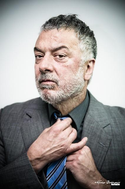 Adolfo Fernández en uno de sus retratos