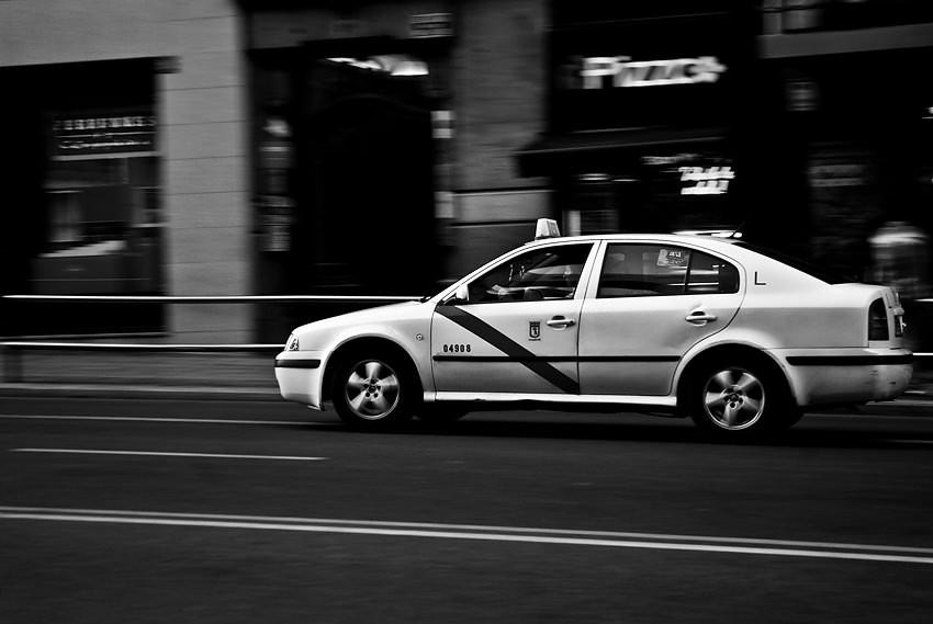 Toma fotografías de coche en movimiento