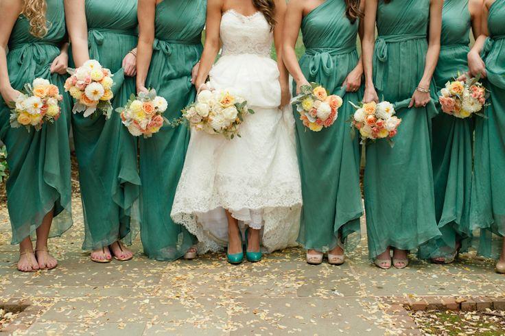 los zapatos de la novia a conjunto con los vestidos de sus damas de honor ideas para hacer fotos de bodas originales