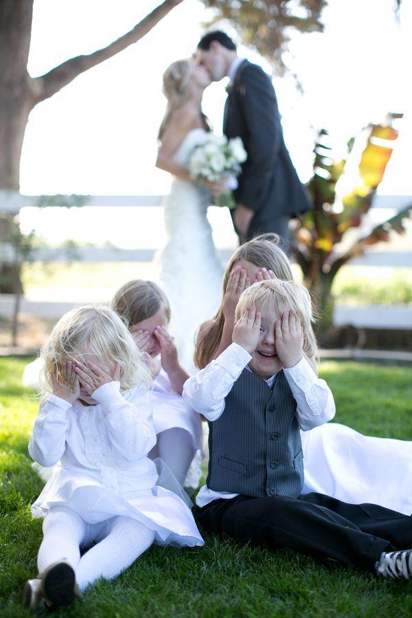 dc17ef37af Un toque divertido  los pequeños se tapan los ojos ante el beso. 30 ideas  para hacer fotos de bodas ...