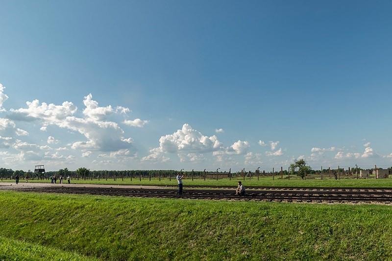 """En las vías del tren de la llamada """"Puerta de la Muerte"""", en Auschwitz-Birkinau II. © José Luis Valdivia."""