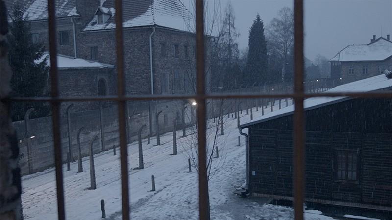 Asomados a la ventana de Auschwitz gracias al Clampod Takeway T1. © José Luis Valdivia.