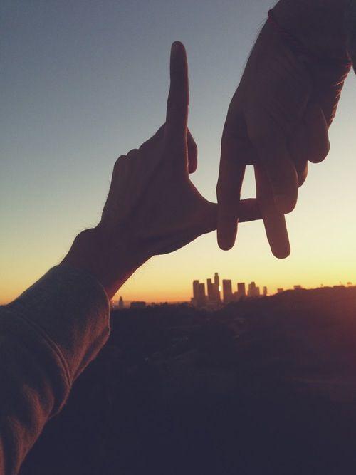 Ideas de fotos de viajes: hacer las iniciales de la ciudad con los dedos