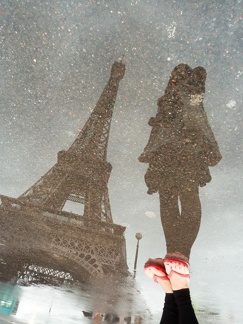 Ideas de fotos de viajes: retratar monumentos a partir de su reflejo en un suelo mojado por la lluvia