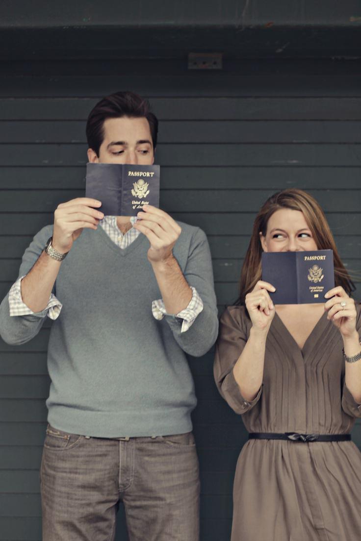 Ideas de fotos de viajes: posar con los pasaportes