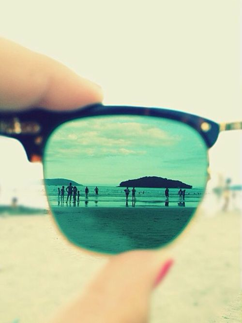 Photos de voyage : la destination dans le reflet des lunettes