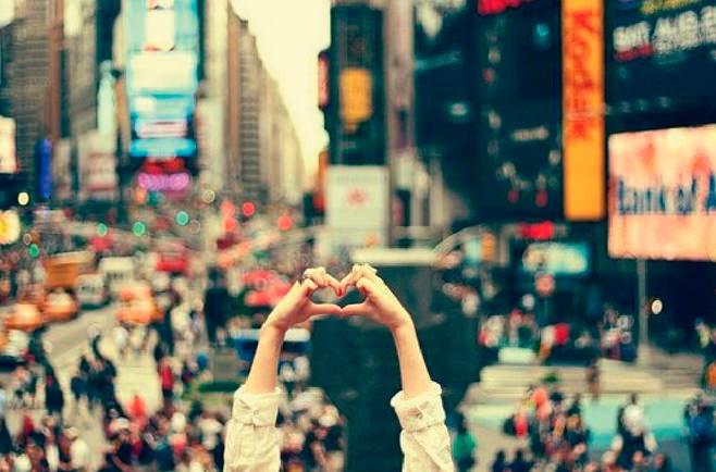 Reconocer tu amor por el lugar de vacaciones haciendo un corazón con las manos