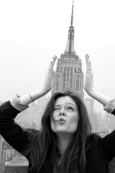 Ideas de fotos de viajes: jugar con el edificio o monumento característico para hacer una pose divertida