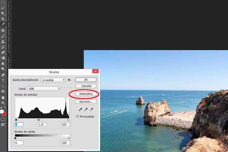 8 retoques con Photoshop para mejorar tus fotos veraniegas: ajuste automático de niveles
