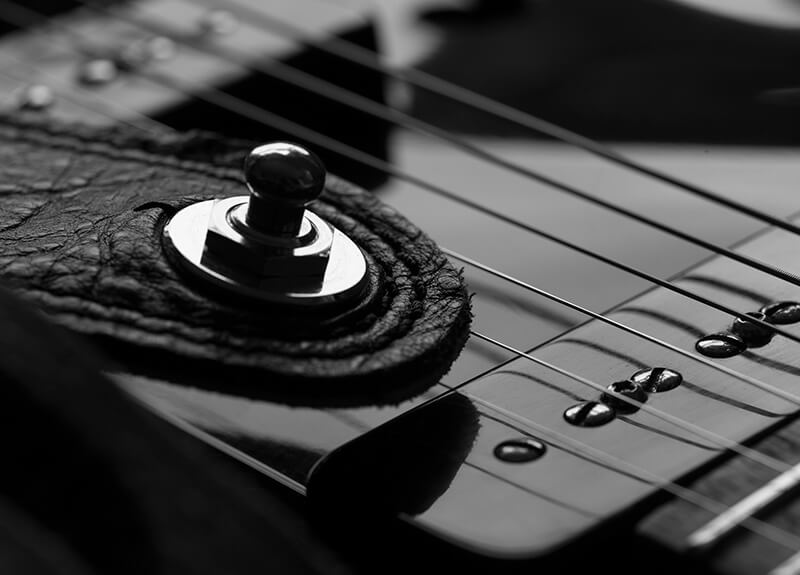 14 ideas originales para hacer fotos en casa: macrofotografía de una guitarra