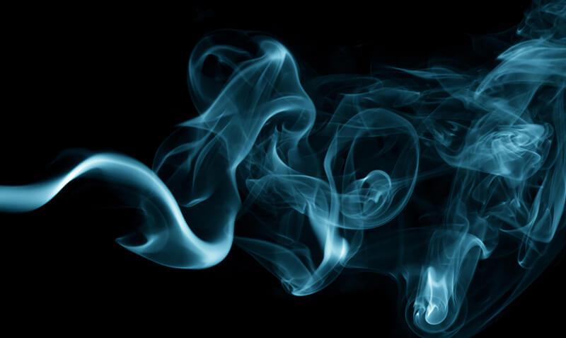 Captura humo sobre fondo negro