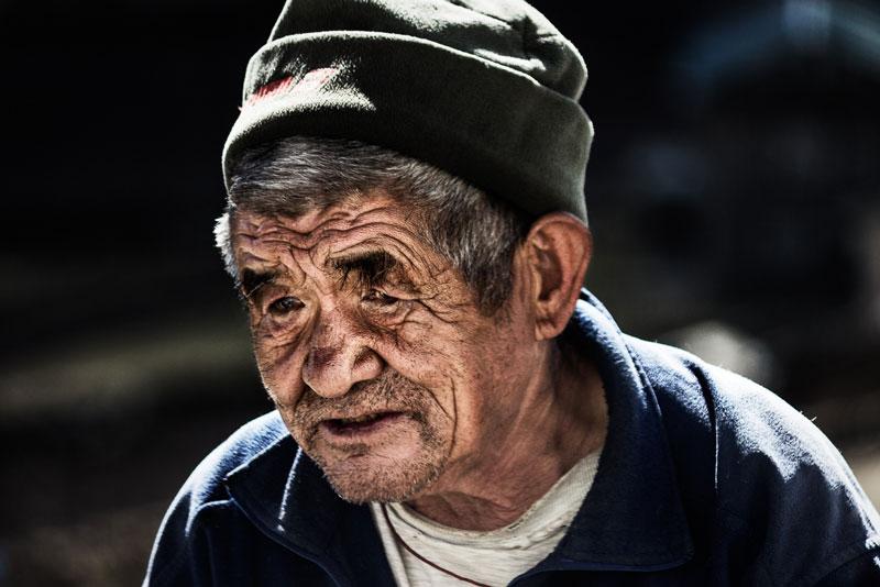 Un vieillard à Khumjung - Photographier la population locale (Népal) © Dani Vottero