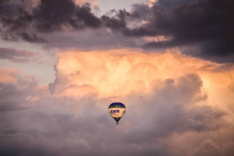 Photo de montgolfière avec l'espace négatif