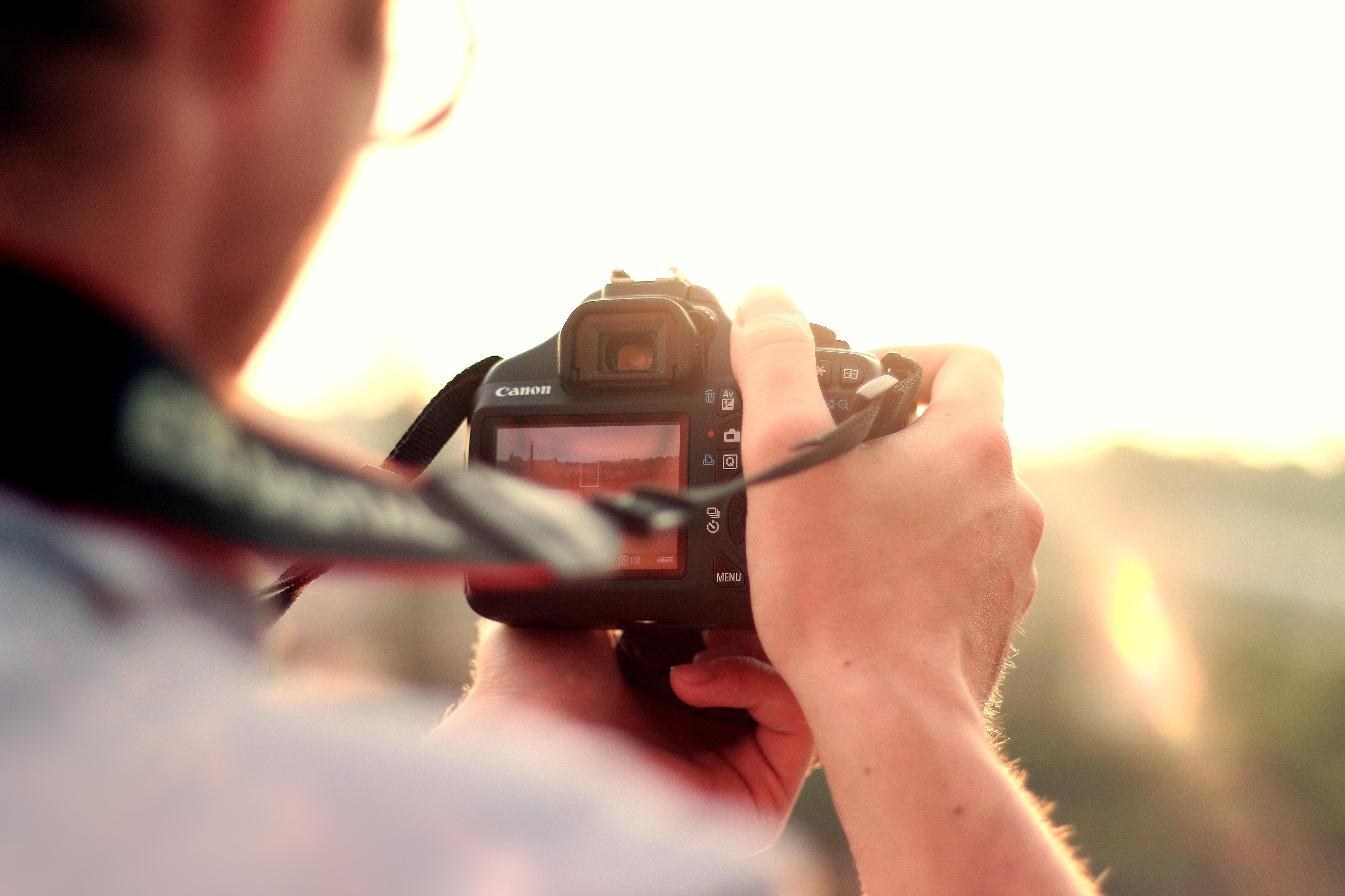 Apprenez à utiliser un rail de travelling pour des mouvements cinématographiques