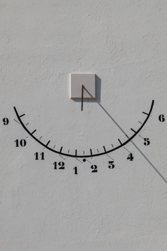Teleobjetivo en fotografía de paisajes: Detalle de reloj de sol