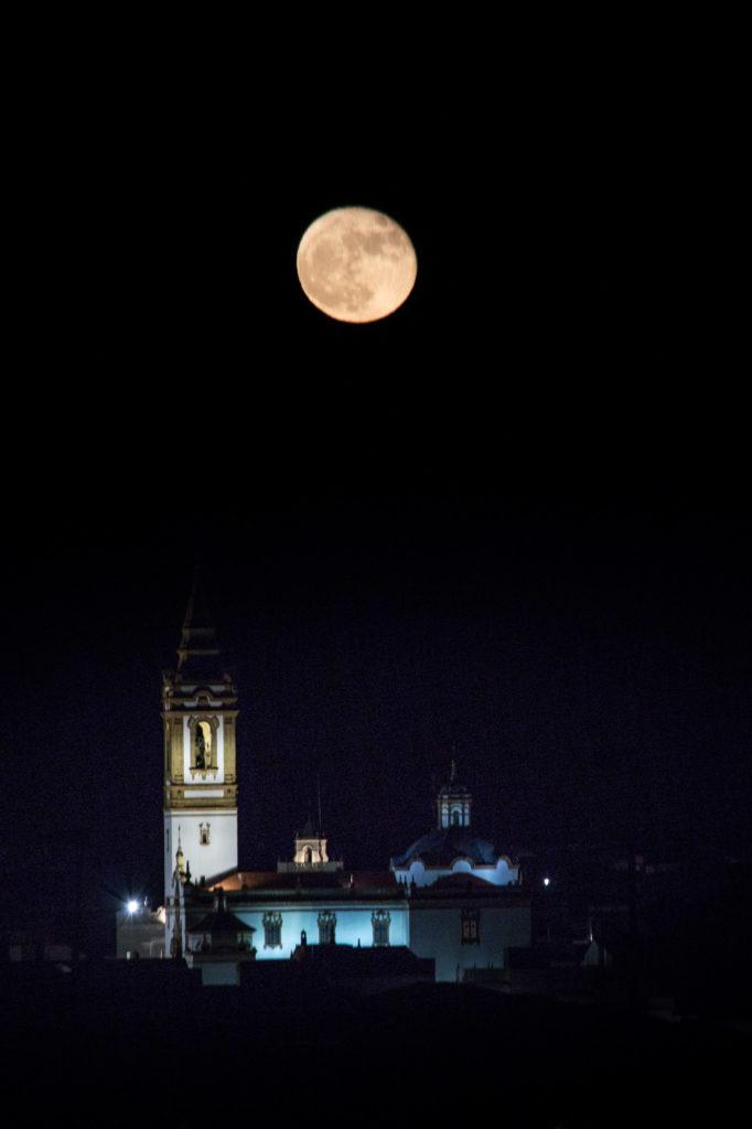 Luna solo con la iglesia