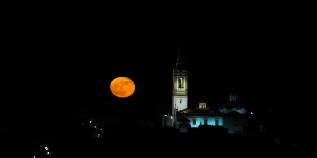 Luna con iglesia y casas