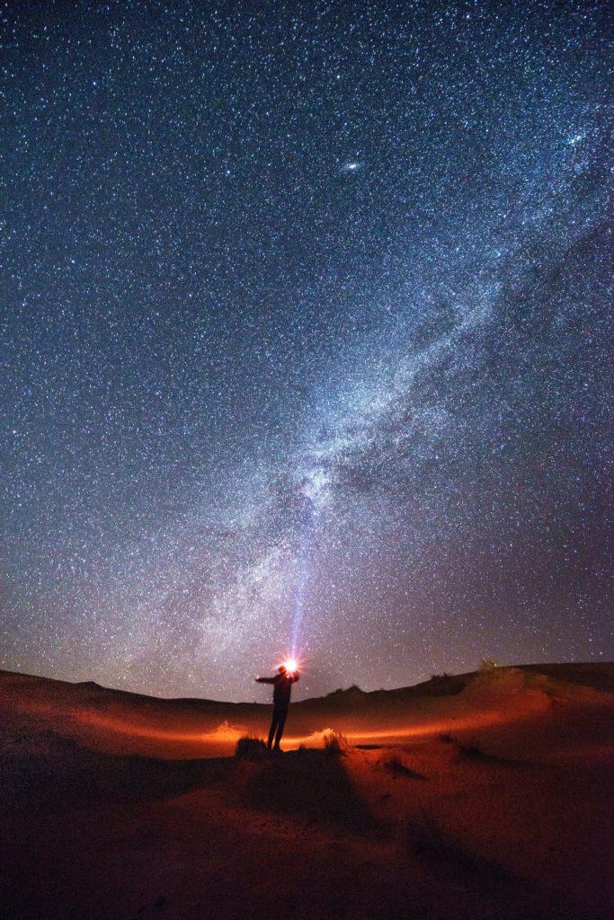 Para enfocar en fotografía nocturna usa un puntero láser