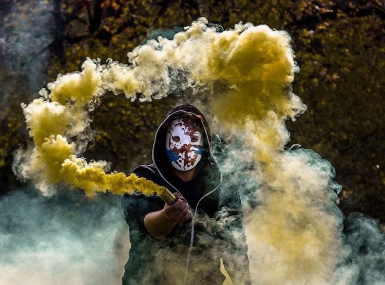 Des photos de fumigènes de couleur avec Miops