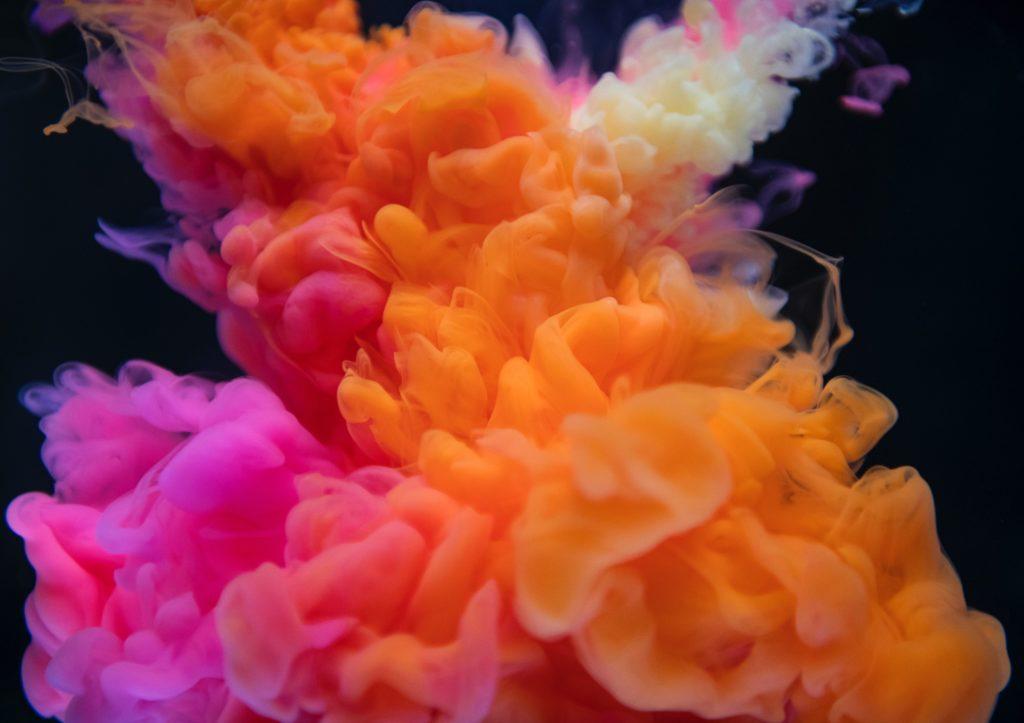 photos de fumigènes de couleur sur fond noir
