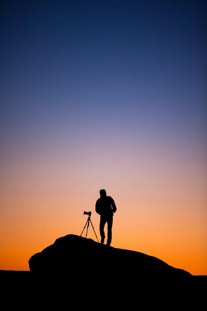 trípode para cámara en puestas de sol
