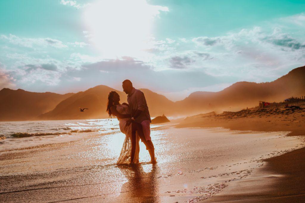 Couchers de soleil pour des séances photo post-mariage