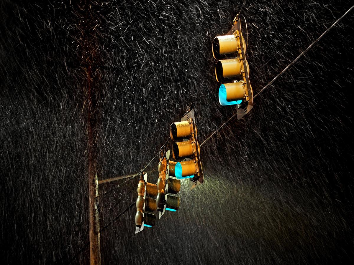 Fotografía la lluvia con luces de fondo