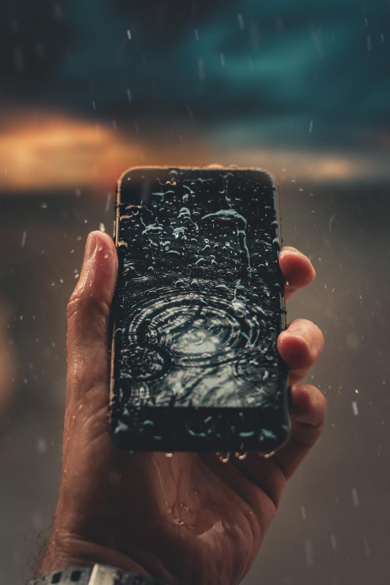 Un téléphone portable avec des gouttes d'eau