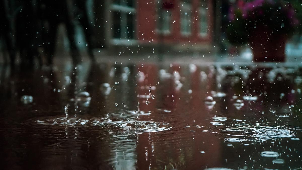 Des gouttes de pluie qui tombent dans une flaque