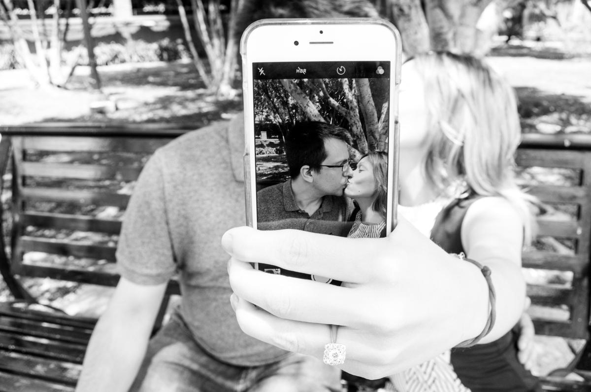 Photos de baisers originales à travers l'écran d'un téléphone portable