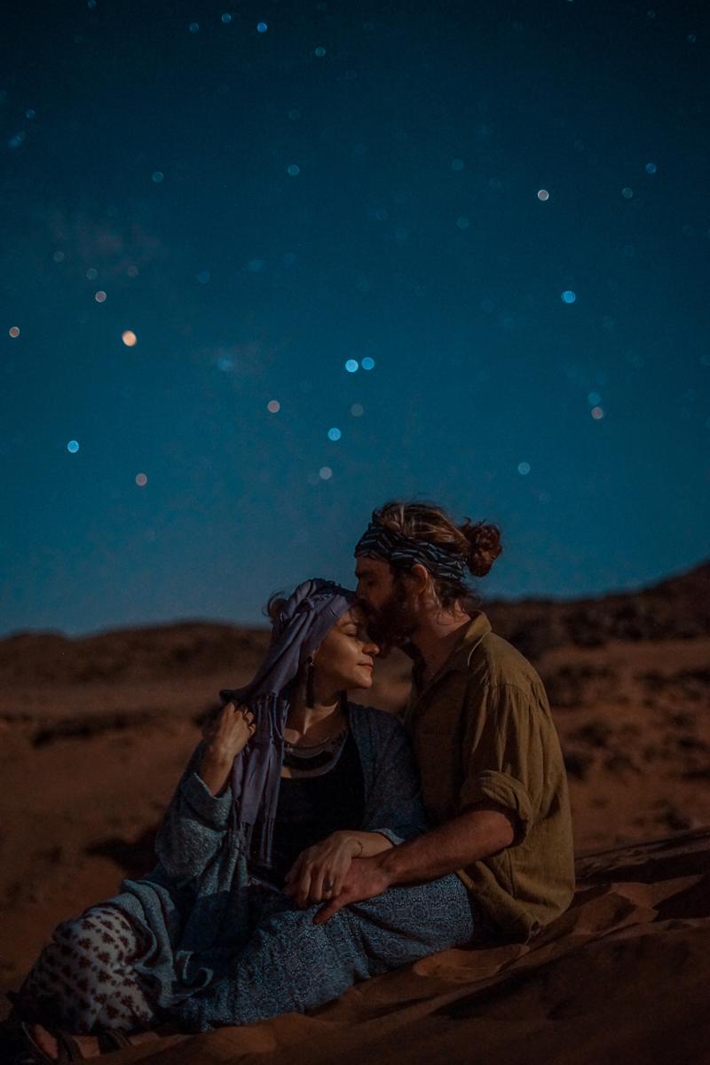 Des photos de baisers originales sous le ciel étoilé