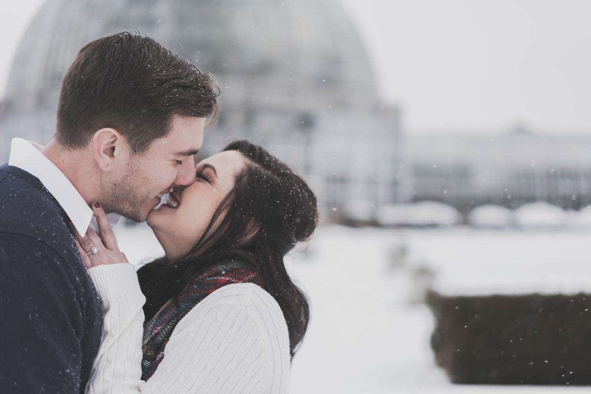 Un baiser et des sourires