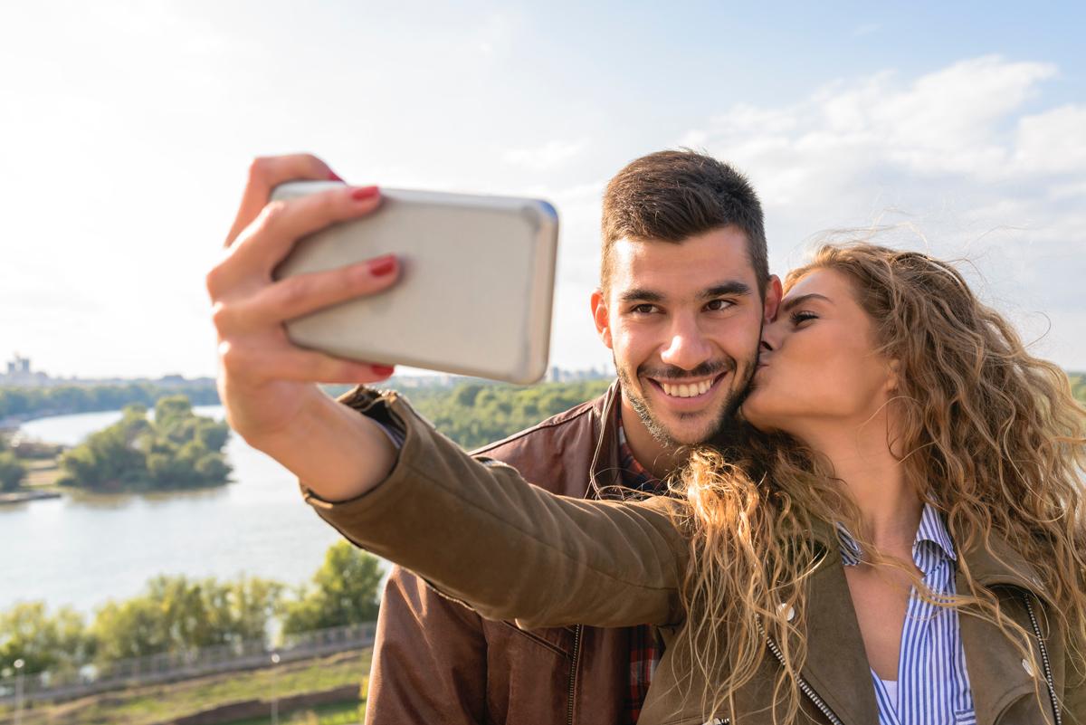 Un baiser en se faisant un selfie