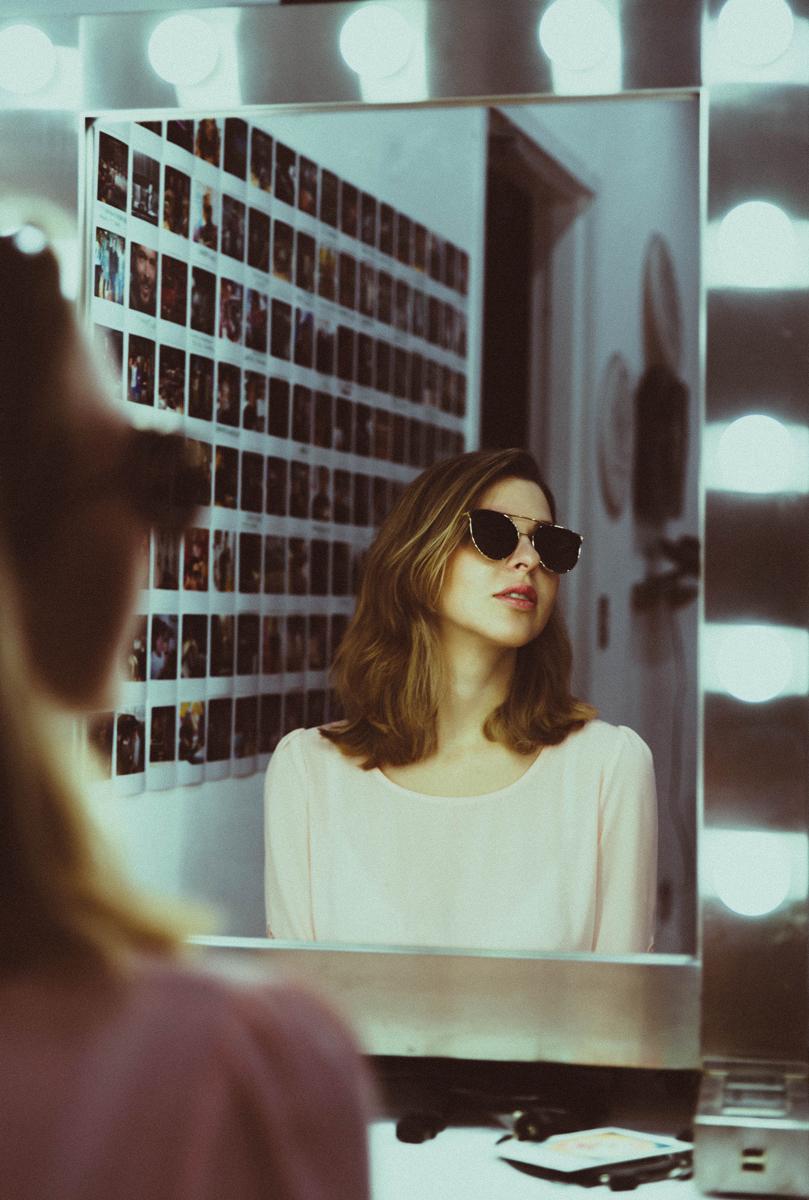 Retrato con espejo usando luz artificial