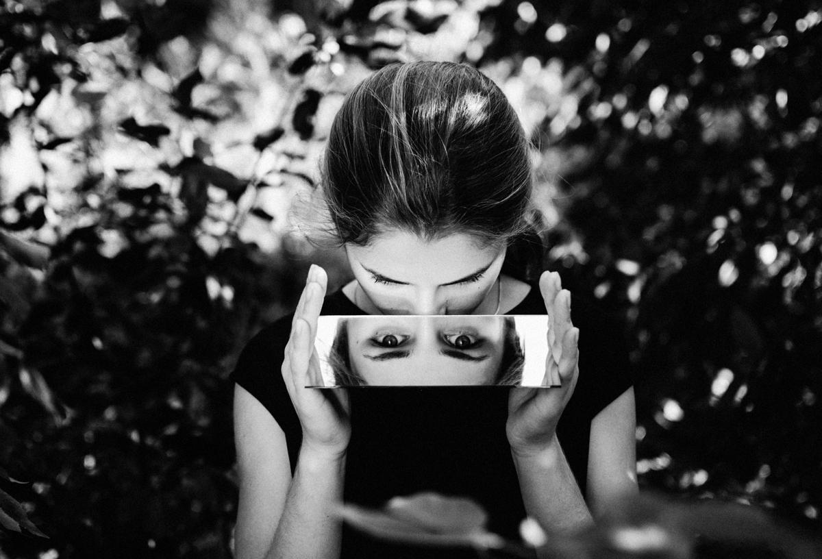 Retrato usando espejo con tintes surrealistas