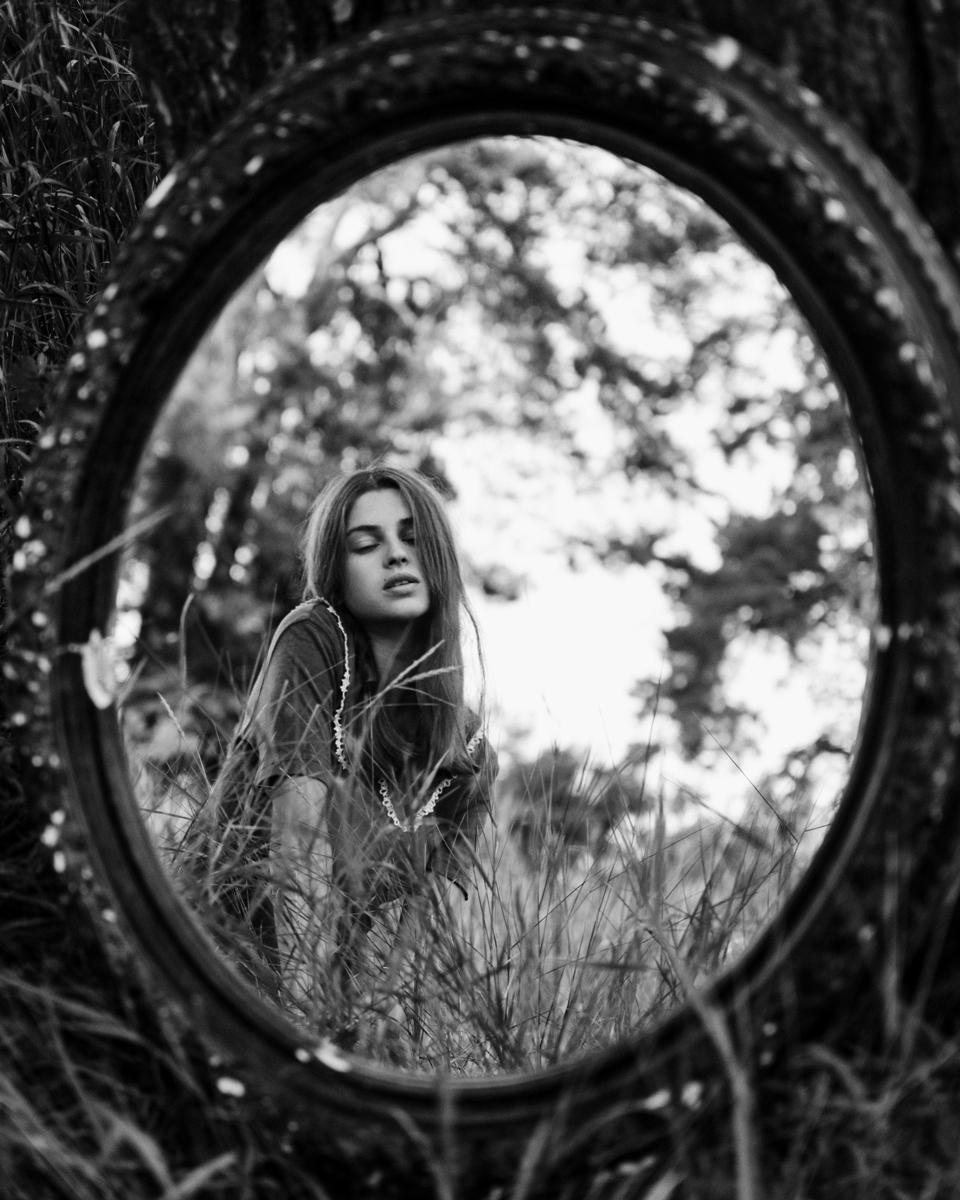 Retrato con espejo en el exterior