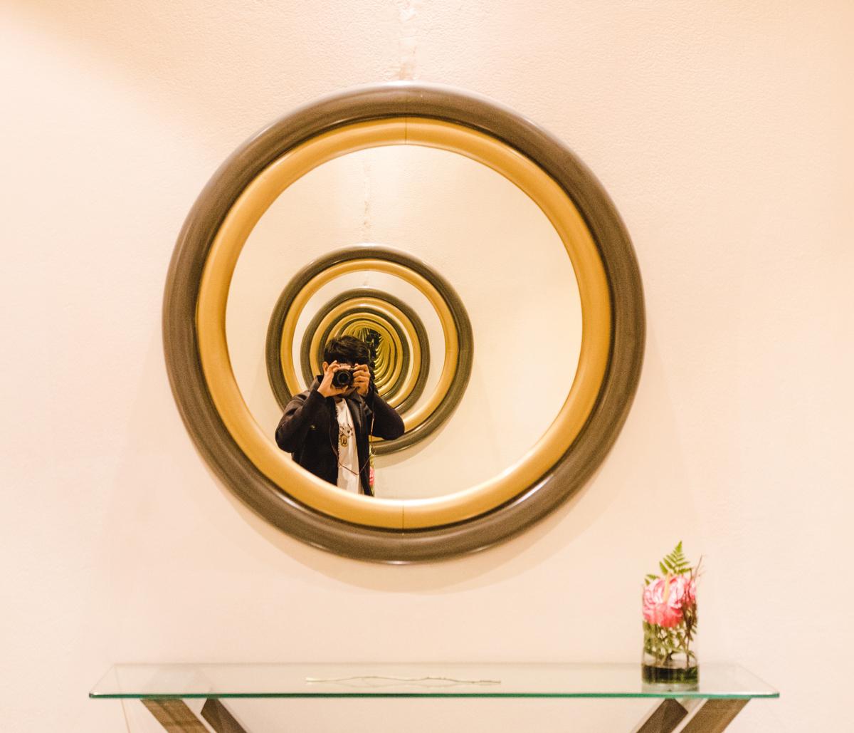 Autorretrato en un espejo surrealista