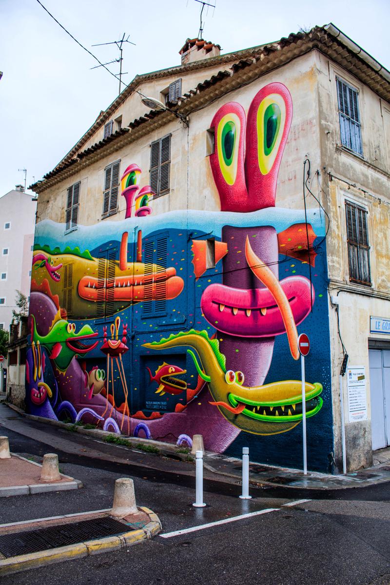 Les graffitis donnent un fort contraste