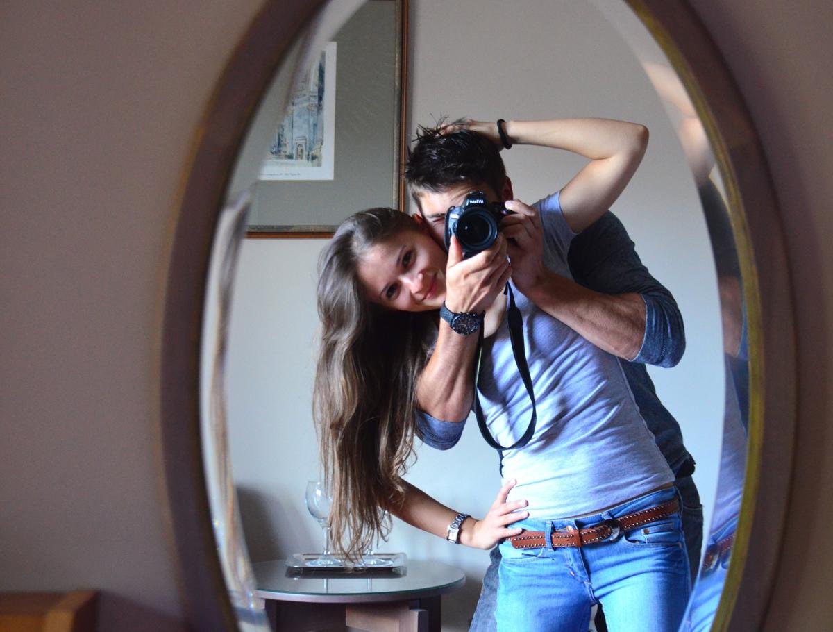 Autorretrato en espejo con modelo
