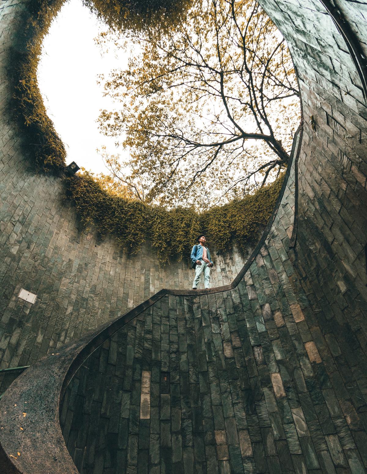 Contrapicado con un muro en espiral