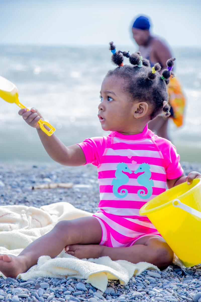 Fotos de tu bebé en la playa jugando