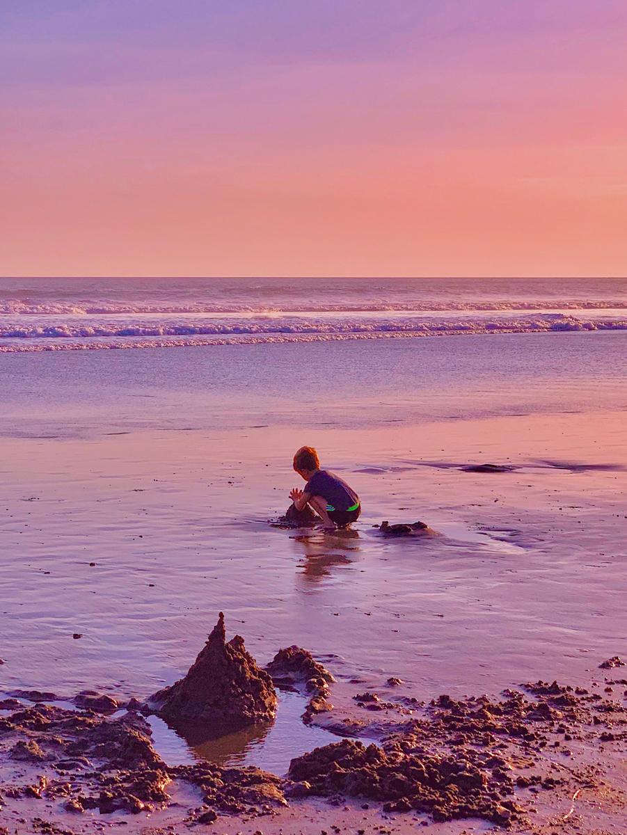 Hacer fotos de tu bebé en la playa al atardecer