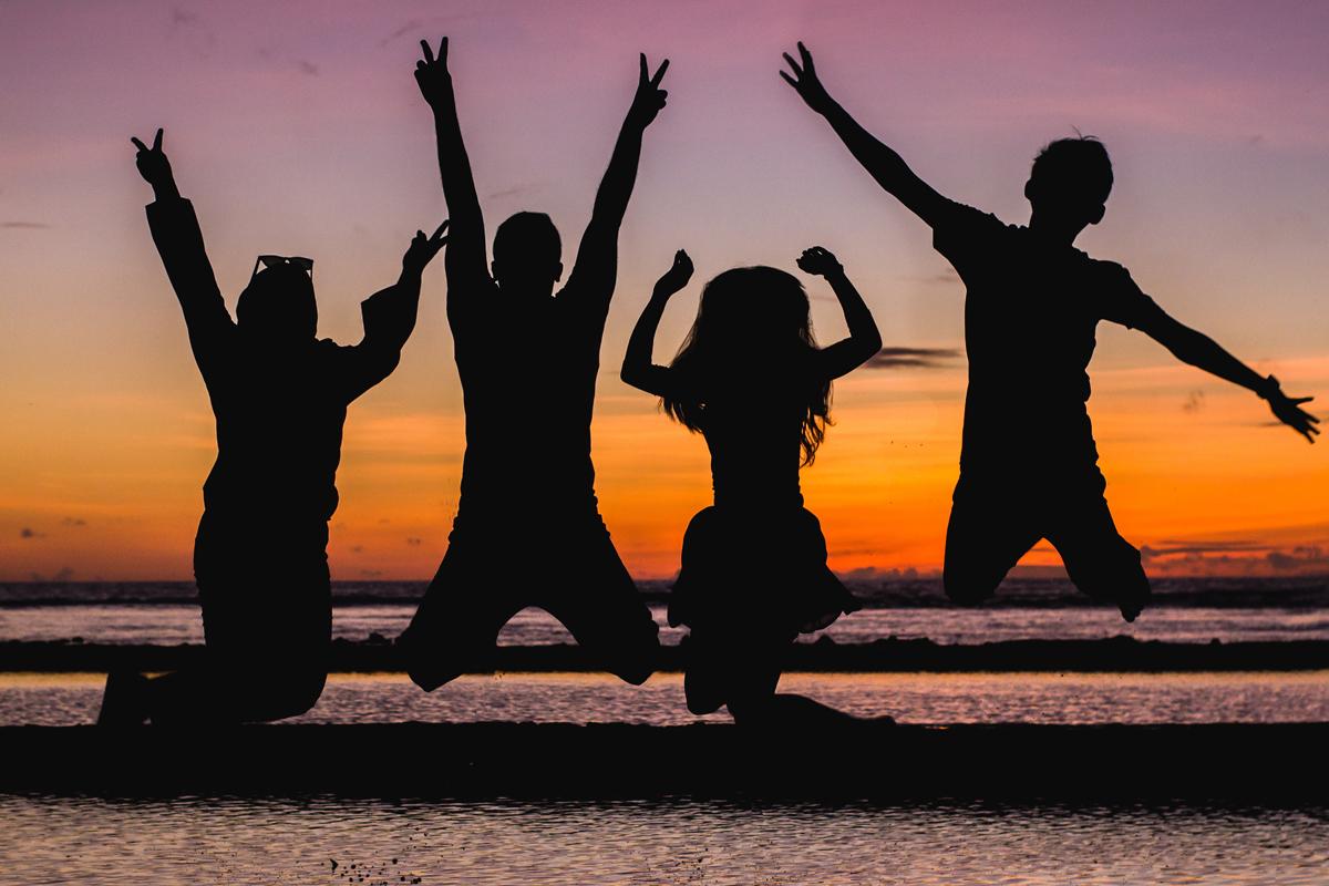 Photo de silhouettes au coucher du soleil sur la plage