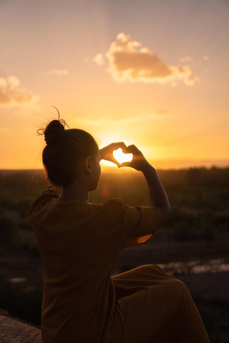 Enmarcando el sol con un corazón