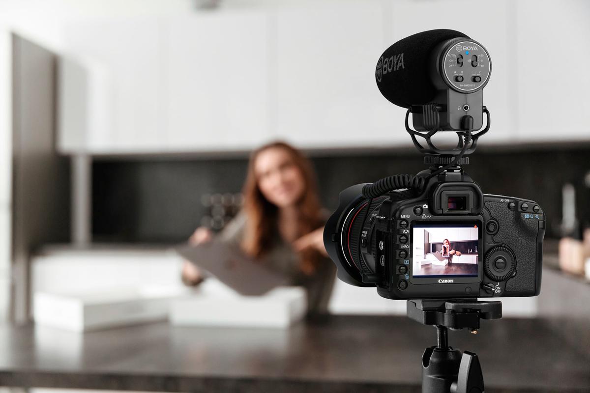 Chica usando uno de nuestros micrófonos para vlogging