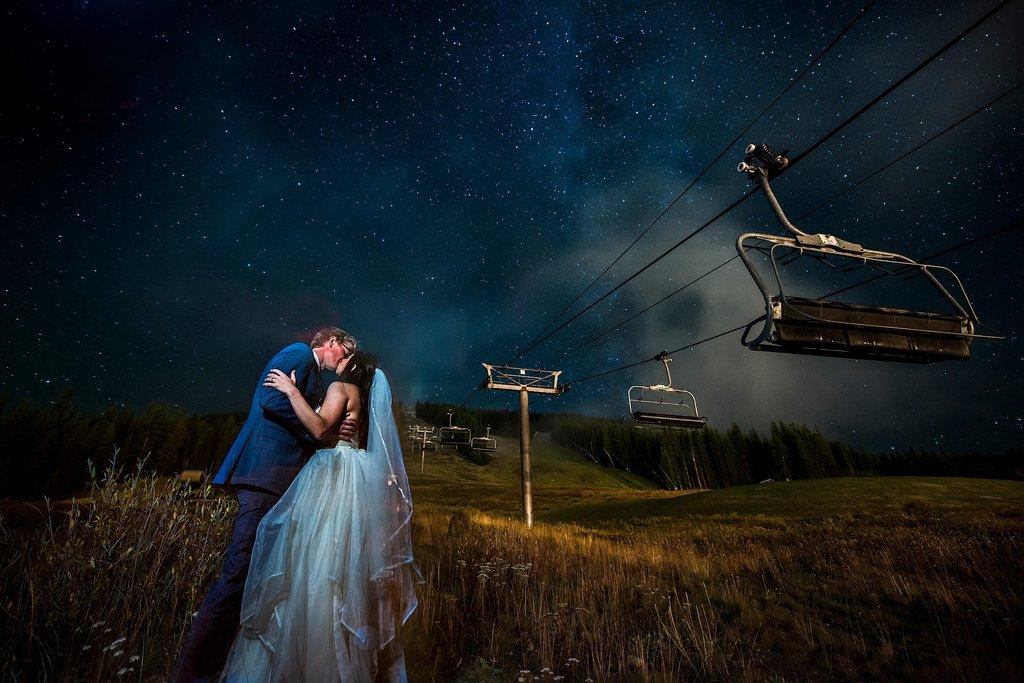 Fotografía de pareja captando las estrellas