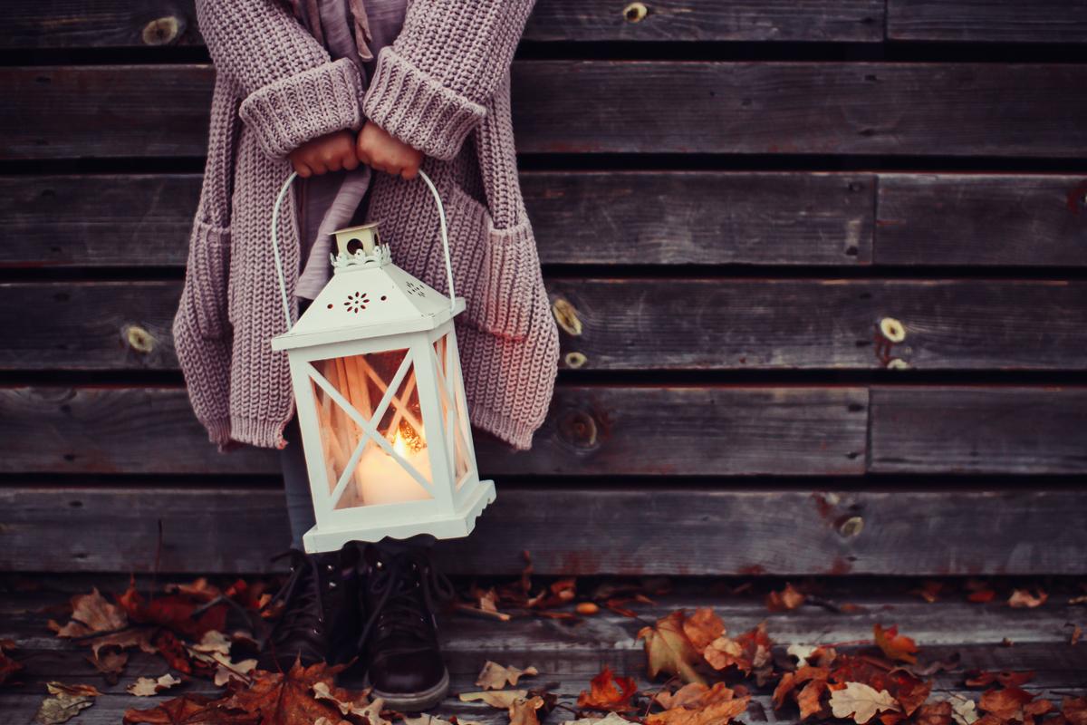 Idées créatives pour photographier l'automne : incluez des lumières artificielles