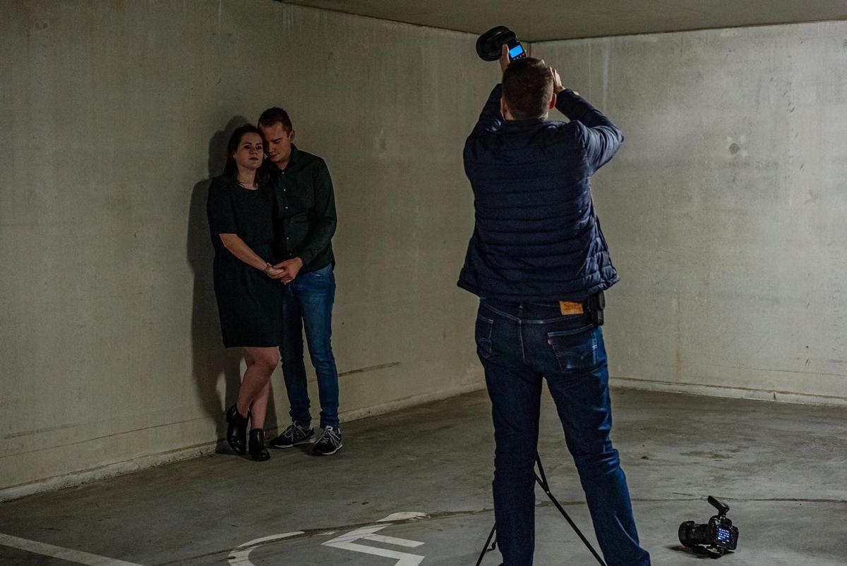Photographe qui utilise un flash à griffe