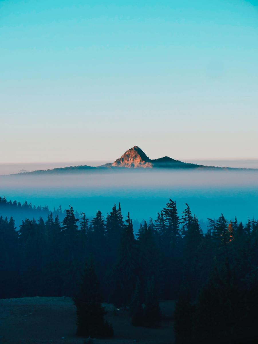 Niebla con montaña al fondo
