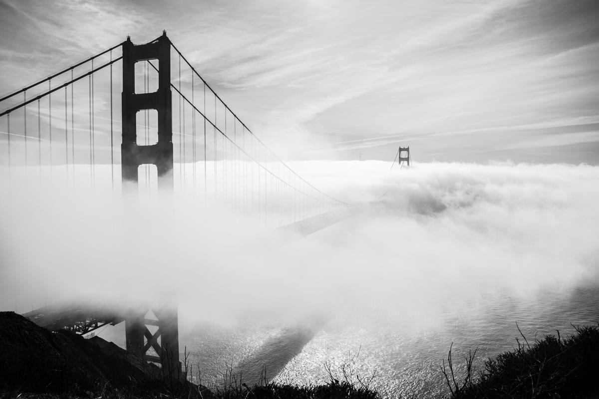 Fotografía de niebla sobre un puente
